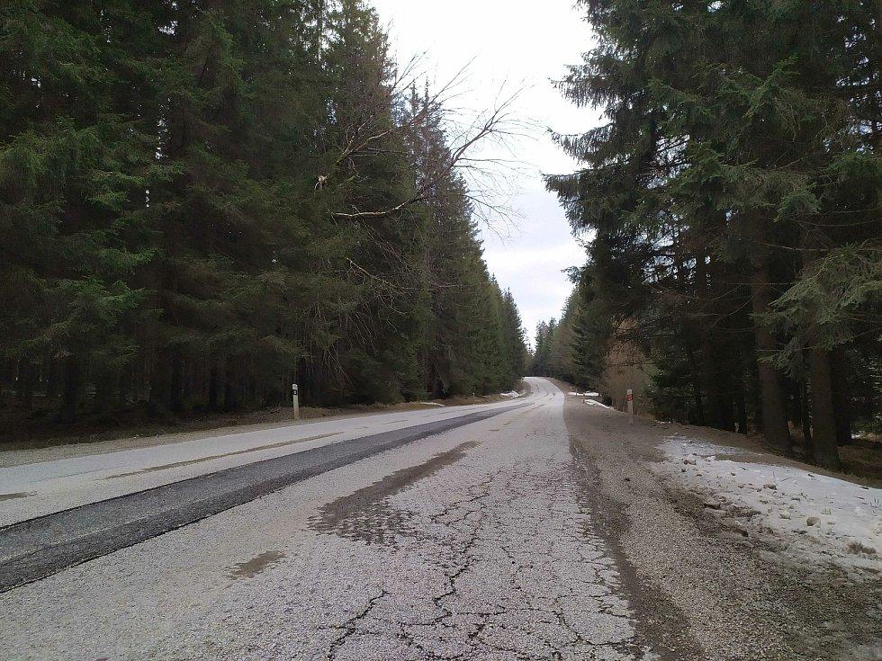 Rozbitá silnice z Volar do Chlumu bude do dvou měsíců  opravená. Řidiče čeká omezení.