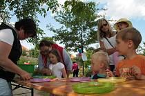 Slavnosti Zlaté stezky v Prachaticích: Část pátečního programu určená především dětem se odehrála v zahradě Hospice sv. jana N. Neumanna v režii Domu dětí a mládeže Prachatice.