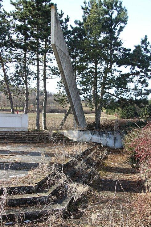 Betonový monument s názvem Pomník míru, který byl na vitějovické křižovatce vybudován v roce 1987.  O jeho údržbu se nikdo nestará. Vlastní ho Úřad pro zastupování státu ve věcech majetkových.