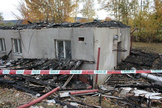 Na dopadení žháře vypsal majitel vyhořelé bývalé ubytovny ve Lhenicích odměnu sto tisíc korun.