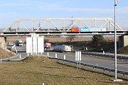 V pátek brzy ráno omezila provoz mezi sjezdy D3 v úseku Čekanice - Měšice v Táboře převrácená cisterna.