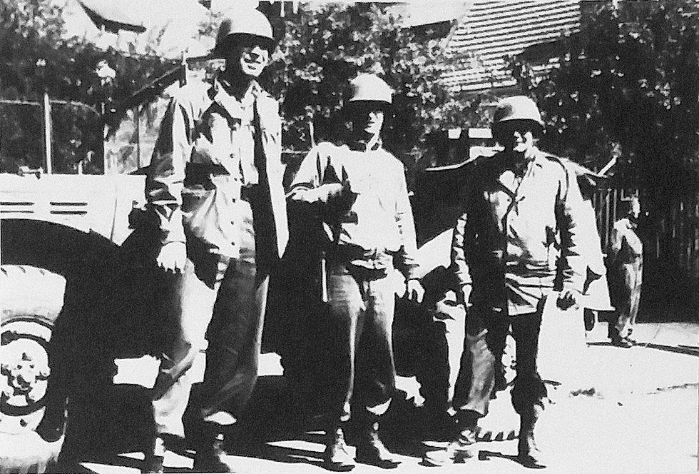 Prachatice v květnu 1945 - Tři US vojáci a Dodge WC 56 (či 57). Fotografie z Diplomové práce Mgr. Pavla Študlara Prachatickému deníku poskytl Emil Nachlinger z Těšovic