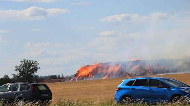 Silnice ze Strakonic na Prahu je uzavřená vinou požáru pole.