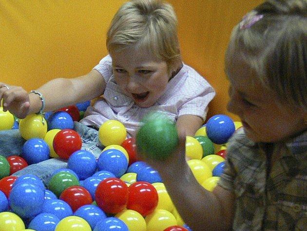 Kuličkový bazének se dětem náramně líbí.
