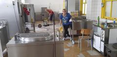 Za několik dní se do škol vrátí děti. V Základní škole ve Smetanově ulici už se pustili do úklidu, výmalby se dočkala i kuchyně. Finišují tu i práce na rekonstrukci.