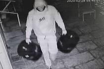 Policisté zveřejnili snímek z krádeže pivních sudů.