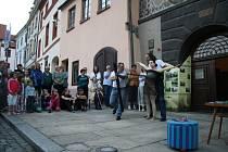 Prachatické muzeum připravilo pro letošní Muzejní noc a nadcházející letní sezonu novou výstavu věnovanou módě a doplňkům pro ženy i muže. Módě věnovali krátkou scénku i herci ze ŠOS Prachatice.