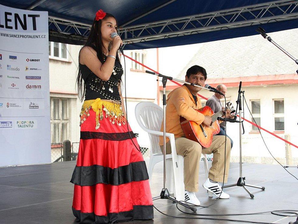 A hned po ní vystoupila s romskou písničkou za doprovodu pavla Kotlára Klára Kotlárová.