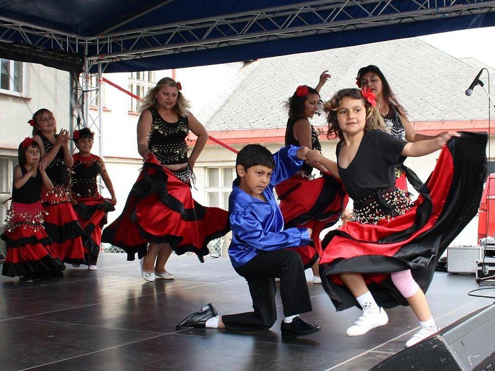 Tečku za prvními soutěžícími udělalo taneční vystoupení vimperské skupiny Čhave Devlestar.