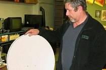 KABELOVKU NEBO SATELIT? Václav Müller na snímku ukazuje, co je k k příjmu satelitního signálu potřeba.