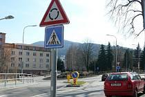 Kruhová křižovatka v Krumlovské ulici.