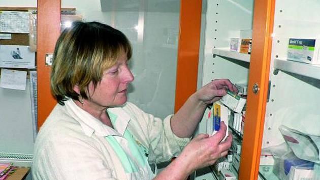 DVACET KLIENTŮ. Péči klientům prachatického hospicu poskytuje i zdravotní sestra Lada Černá, která mimo jiné připravuje potřebné léky.
