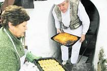 STARÁ PEKÁRNA. Osmé vánoční pečení pro Základní školu v Lenoře na Prachaticku ve čtvrtek  dopoledne připravil Augustin Sobotovič (na snímku vzadu) z Volar, který ve zdejší peci několikrát ročně peče chleba, placky, housky a vánočky.