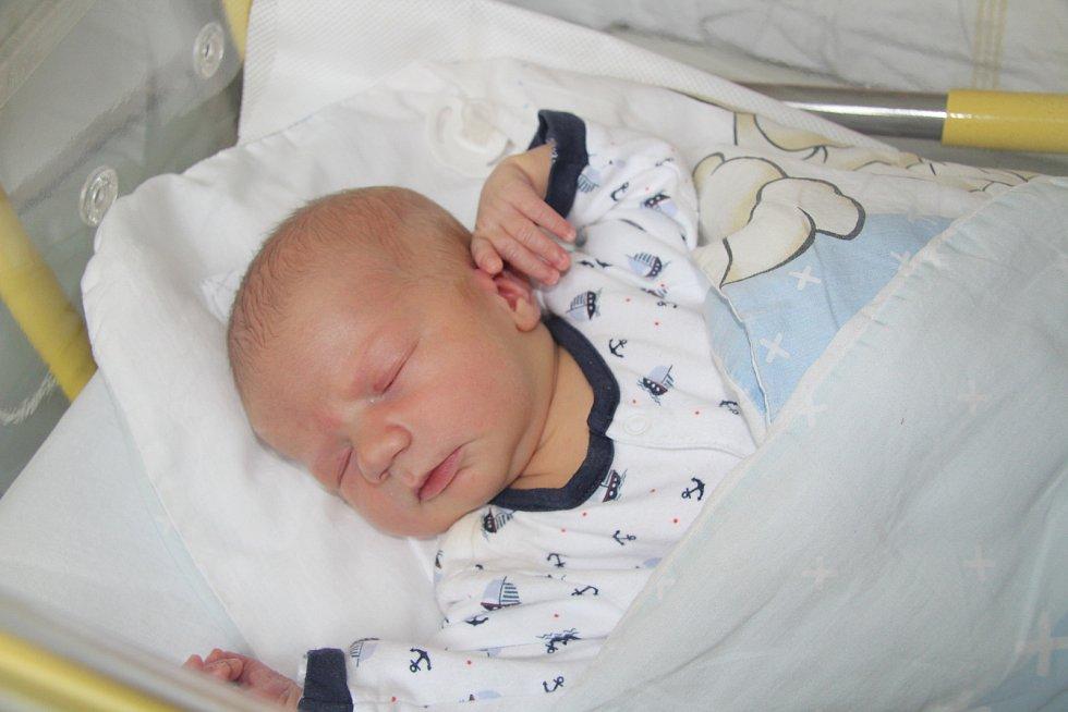VÁCLAV HRDONKA, CHLUMANY. Narodil se v neděli 27. října ve 14 hodin a 15 minut v prachatické porodnici. Vážil 3670 gramů. Rodiče: Alena Jakšová a Václav Hrdonka.