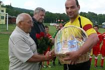 Kapitán Martin Kvapil poblahopřál Zdeňku Nezbedovi k osmdesátinám.