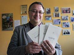 Robert Huneš, ředitel hospice, představuje novou knihu.