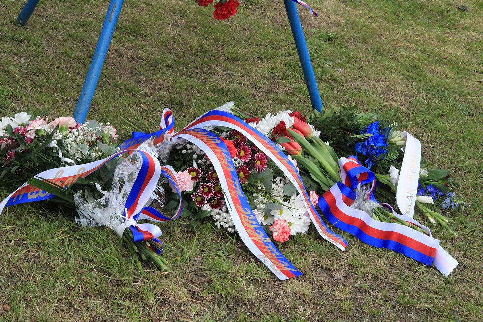 Kolona vojenských historických aut se pak přesunula k Pomníku setkání pěti armád u Vitějovic, kde se zástupcům města připojili také starostové obcí Vitějovice, Hracholusky a Strunkovice nad Blanicí.