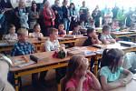 První školní den pro děti ve Lhenicích.