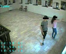 Veřejnost na zveřejněné snímky zareagovala a policisté tak začali dostávat první tipy na možného pachatele z galerie.