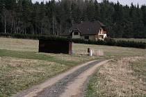 Přístupová komunikace v ulici Větrná na malé Homolce ve Vimperku.