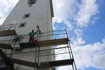 Na volarském kostele sv. Kateřiny pracují malíři, obnovují fasádu.