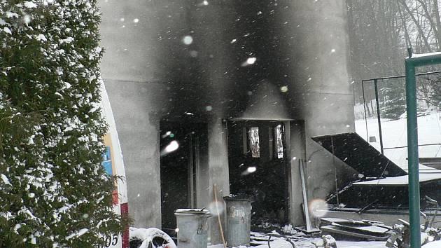 Noční požár zničil v bytovce v Petrově Dvoře u Netolic zcela jednu z místností v přízemí.