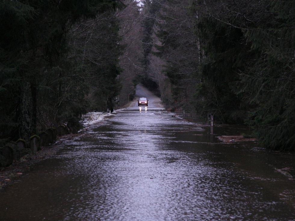 Zřejmě nejvíce se rozvodnila Vltava u Lenory a Soumarského mostu. V Houžné se dostala až k domům. U Soumarského mostu voda zaplavila zhruba 150 metrů dlouhý úsek silnice, který bude neprůjezdný zřejmě až do nedělního odpoledne.