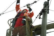 BEZ PROUDU. Potrhané elektrické vedení za sebou nechala vichřice Emma, která se přehnala také přes Šumavu. Lidé z E.ONu napravovali škody ještě v neděli dopoledne.