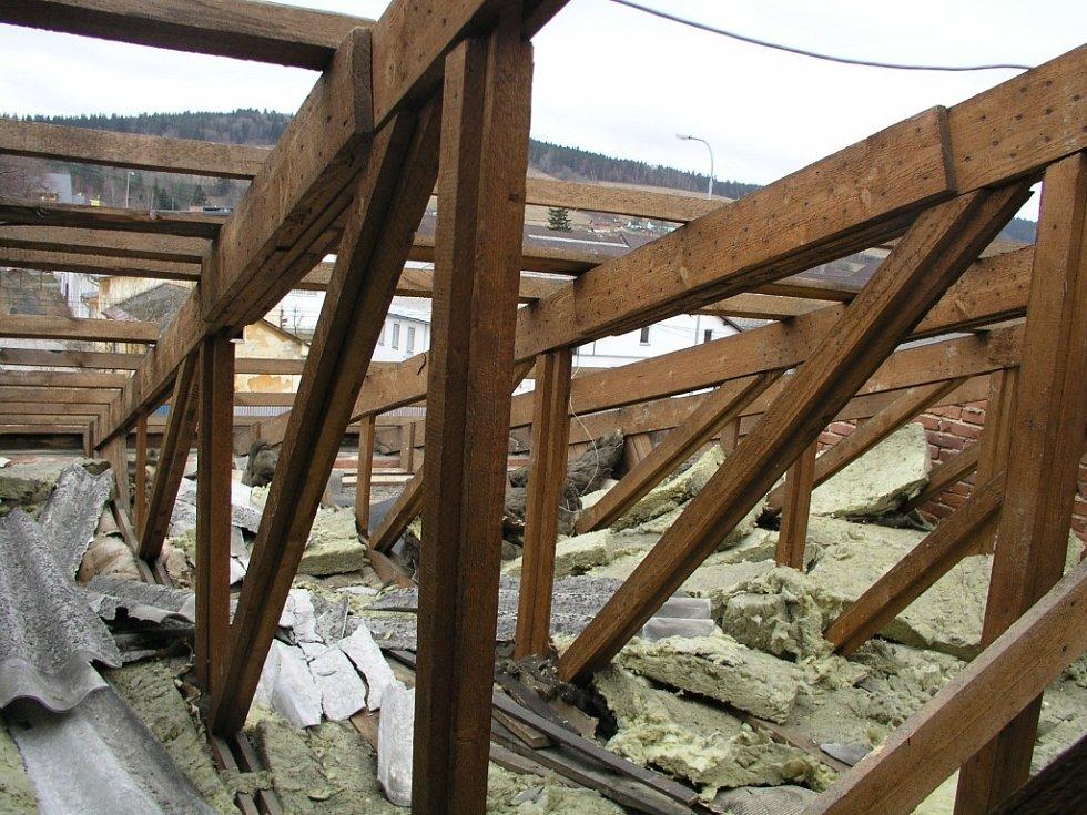 Téměř o stovku čtverečních metrů střechy přišel v sobotu objekt vimperského střediska Správy a údržby silnic Jihočeského kraje. Podle Stanislava Markytána se kusy vlnitých tabulí nacházely až sto dvacet metrů od budovy a poškodily i přilehlý plot.