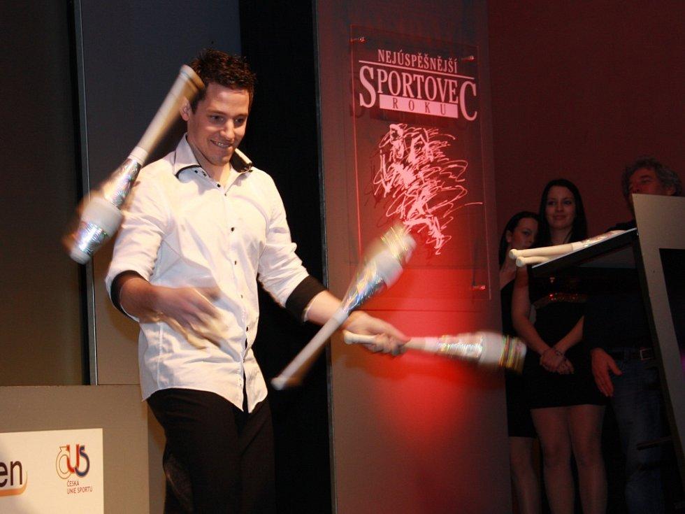 Přestože se artistické vystoupení Petra Šmahy řadilo ke kulturnímu obohacení vyhlášení výsledků ankety Sportovec roku 2014, asi jen málokdo by pochyboval, že je to i řádný sportovní výkon, byť se to může zdát docela snadné. Zdání ovšem klame.