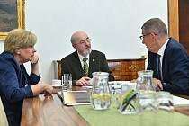 Premiér Babiš přijal petici za Šumavu a vnímá omezení ochrany přírody jako nástroj pro boj se suchem.