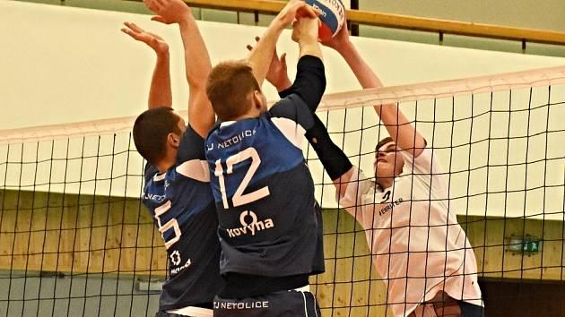 Volejbalisté Netolic při utkání v Ervěnicích. V sobotu jim doma končí sezona ve druhé lize.