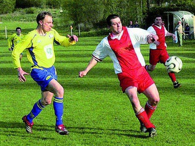 DERBY. Souboj mezi Lažištěm a Čkyní slibuje zajímavý fotbal. Na snímku z jarního duelu ve Čkyni u míče hostující Tesárek, kterého křižuje Tesař.