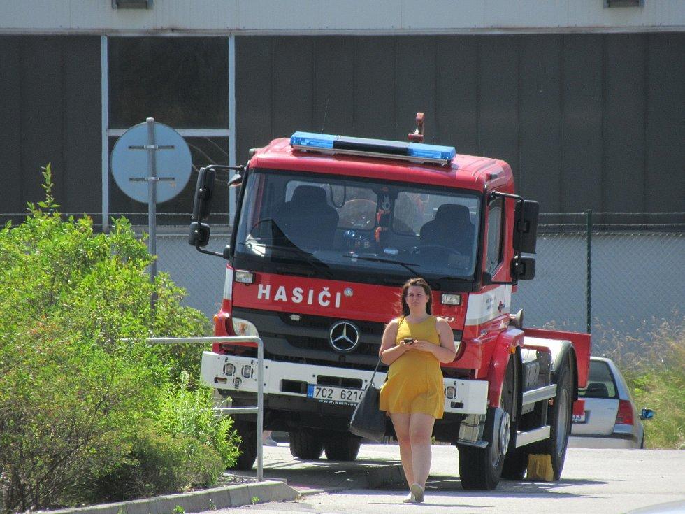 Tři hasiči provedli závěrečný úklid. Jejich úkolem bylo dezinfikování prostorů ve firmě i použitých technických prostředků.