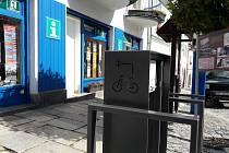 Nově instalovaný kolostav a nabíjecí stanice pro elektrokola na vimperském náměstí.