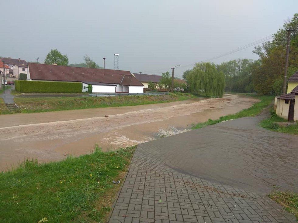 Následky bouřky ve Strunkovicích nad Blanicí a v Žíchovci.