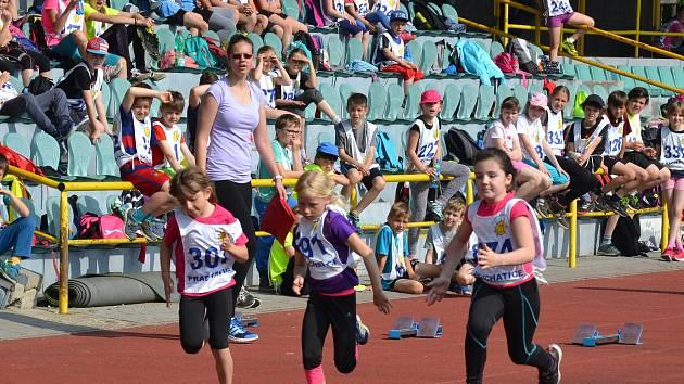 Městský stadion se zaplnil dětmi. DDM pro připravil atletickou soutěž.