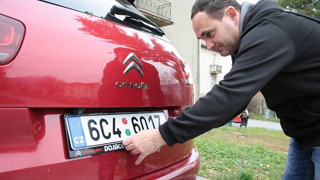 Registračních značek je dost. Bez komplikací a dlouhého čekání si je včera odpoledne vyzvedl také Václav Pravda z Prachatic. Zbývá už je jen nasadit.