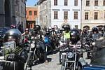 Prachatičtí motorkáři zahájili sezonu Prachatickou 1. jarní. Vyjeli z centra bránou.