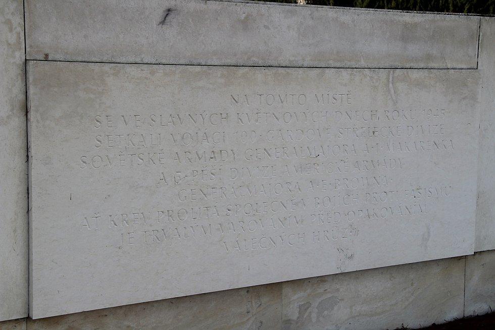 Betonový monument s názvem Pomník míru, který byl na vitějovické křižovatce vybudován v roce 1987.  O jeho údržbu se nikdo nestará.  Původní zlaté nápisy jsou nečitelné. Vlastní ho Úřad pro zastupování státu ve věcech majetkových.