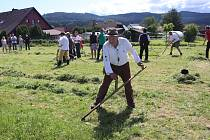 Volarský sekáč 2021 ukázal, jak jsou zdatní muži, ženy a děti při kosení trávy.