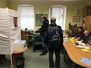 Dlouhá fronta se vytvořila před volební místností v šumavské Kvildě. Volební komise měla plné ruce práce, protože v prvních patnácti minutách od otevření místnosti tam už stály vice než tři desítky lidí.