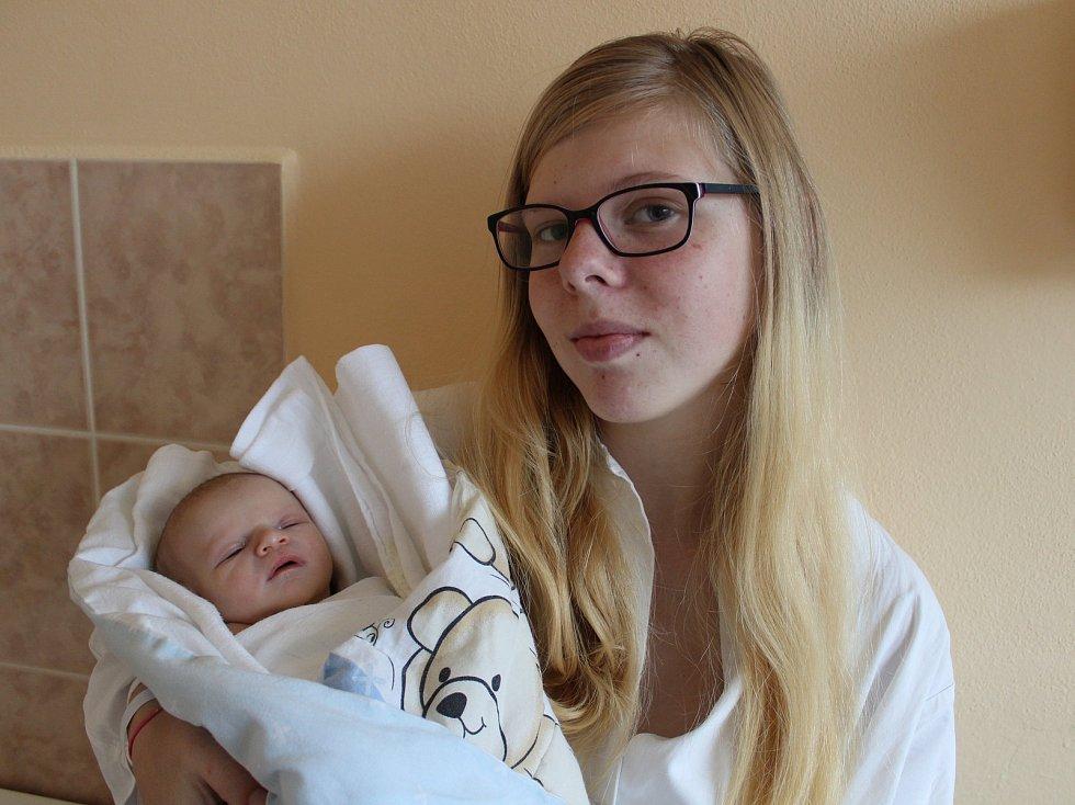 V pátek 8. prosince sedm minut před půlnocí se v prachatické porodnici narodila Adéla Pavlíková. Vážila 2900 gramů. Pro rodiče Nikolu Prokešovou a Jaroslava Pavlíka je to první miminko. Vychovávat ho budou v Čichticích u Bavorova.