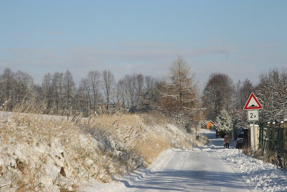 Místy jen mokrá silnice, jinde uježděná vrstva sněhu. Tak vypadaly vozovky v pondělí 18. prosince ráno na Prachaticku. V zatáčce u Perlovic zůstal kamion.