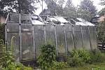 Kroupy v Radimovicích poškodily skleník.