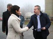 Ministr životního prostředí Richard Brabec přivezl do Lhenic starostce Marii Kabátové rozhodnutí o přidělení dotace na likvidaci nebezpečných odpadů.Ministr životního prostředí Richard Brabec přivezl do Lhenic starostce Marii Kabátové rozhodnutí o přiděle