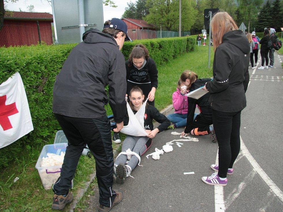 V areálu Domu dětí a mládeže a dopravního hřiště v Prachaticích se ve čtvrtek 12. května uskutečnilo okresní kolo soutěže hlídek mladých zdravotníků.