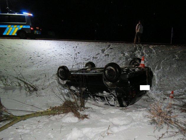 Po smyku na kluzké vozovce skončil řidič s golfem mimo silnici.