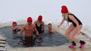 Nedělní koupel v ledové vodě na Křišťanovickém rybníku