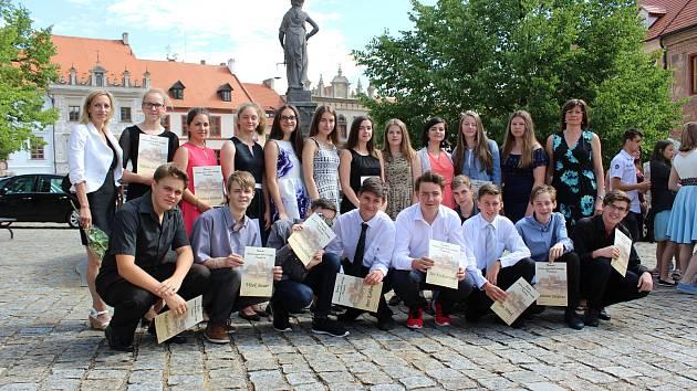 Deváťáci ze ZŠ Vodňanská převzali pamětní listy z rukou prachatického starosty v Radničním sále města v pondělí 12. června.